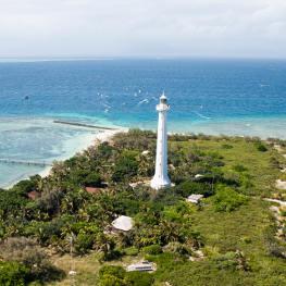 無人島で輝くアメデ灯台|ニューカレドニア観光局