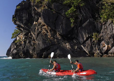 Kayak around the rock in Hienghène
